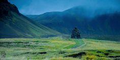 Péninsule de Snæfellsnes, Islande#La longue et étroite péninsule de Snæfellsnes est l'une des plus belles d'Islande. La côte sud est totalement rurale : les champs s'appuient sur une chaîne volcanique centrale hérissée de pics inquiétants. Tout au fond, se dresse le majestueux glacier du Snæfellsjökull. C'est un peu le Fuji-Yama islandais. Une vraie carte postale.#http://urlz.fr/3hAk#hikingonthemoon.com