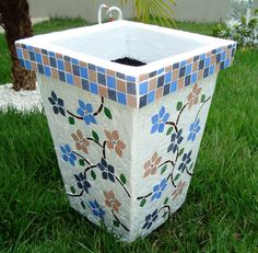 Vaso de cimento trabalhado em mosaico nos 4 lados, com 4 rodinhas de silicone. Preço unitário: de R$395,00