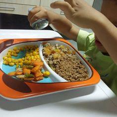 Jantarzinho do meu Caetano: Arroz prato feito Ritto da @maeterraoficial com passas (Ingredientes: arroz longo arroz vermelho quinua feijão fradinho lentilha gergelim e semente de linhaça) legumes cozidos no vapor e refogados no ghee (vagem cenoura e rabanete) milho carninha moida com molho de tomate caseiro e ervas fresquinhas Boa noite! #alimentacaocaseira #saudavel #comida #kids #criança #alimentacaosaudavel #introducaoalimentar #blw #maternidade #filho #educacaoalimentar #pratinho…