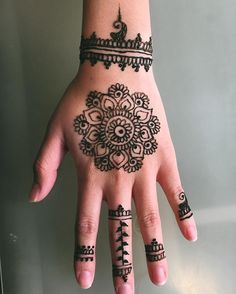 You've got an ocean of henna designs before you, and you can grab your most favorite one. Though it is a small body part, a henna on it looks simple yet elegant. Among all wrist tattoos, henna flower are believed to be the most well-known ones. Henna Tattoo Hand, Henna Tattoo Designs, Hand Tattoos, Henna Tattoo Muster, Henna Flower Designs, Tattoo Design For Hand, Simple Henna Tattoo, Henna Designs Easy, Flower Henna