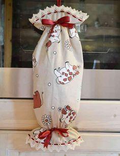 CARAMELLA PORTASACCHETTI - Linea Mucca Rossa - E' di decisa ispirazione Country il portasacchetti realizzato in tessuto 100% cotone con manifattura artigianale