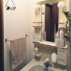 賃貸でも諦めない!洗面台が驚くほど素敵になるリメイク術 | RoomClip mag | 暮らしとインテリアのwebマガジン Bathroom Toilets, Washroom, Bathroom Medicine Cabinet, Japanese Apartment, Basin, Home And Living, Diy Furniture, Diy Home Decor, House Design