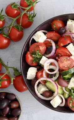 Salad Menu, Salad Dishes, Easy Salad Recipes, Easy Salads, Healthy Recipes, Halloumi, Crab Stuffed Avocado, Cottage Cheese Salad, Feta