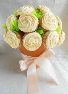 A super sweet cupcake bouquet. Have been making cupcakes recently, and this looks like such an amazing ice. What a wonderful way to present your baking! Cupcakes Flores, Flower Cupcakes, Cupcake Boquet, Wedding Cupcakes, Cupcake Centerpieces, Floral Centrepieces, Heart Cupcakes, Cake Flowers, Diy Flowers