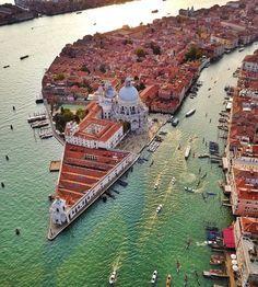 """""""Mi piace"""": 2,150, commenti: 13 - Italia In Foto (@italiainfoto) su Instagram: """"Venice, Italy • Follow @artur.alla • BY @secretagent_wesanderson • • • • • #venezia #bdteam…"""""""