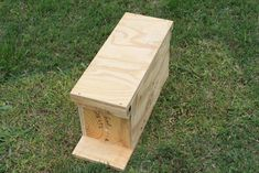 Beekeepers who need to start splitting hives to prevent them from swarming will want to know how to make their own nuc (nucleus colony) box. Bee Hives Boxes, Bee Boxes, Bee Nuc, Honey Bee Hives, Honey Bees, Bee Hive Plans, Beekeeping For Beginners, How To Start Beekeeping, Beekeeping Equipment