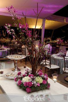 Decora en un estilo moderno y glam en colores vibrantes. Arreglo: Flores Para Tí. #WeddingIdeas #flowers #ebodas