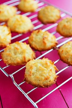 Easy Coconut Macaroons- Easy Coconut Macaroons Joan Derosier derjoane Desserts Easy Coconut Macaroons – Fluffy, cloudlike coconut macaroons are an easy to make, sinless sweet treat at only 50 calories per cookie! Easy Desserts, Delicious Desserts, Yummy Food, Cookie Recipes, Dessert Recipes, Biscuits, Coconut Recipes, How Sweet Eats, Sweet Recipes