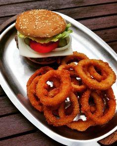 De bedste og nemmeste dybstegte dobbelt panerede løgringe! | amatoerkokken Onion Rings, Tapas, Hamburger, Protein, Food And Drink, Appetizers, Snacks, Sweet, Ethnic Recipes