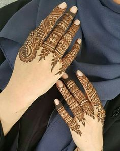 Mehndi design makes hand beautiful and fabulous. Here, you will see awesome and Simple Mehndi Designs For Hands. Khafif Mehndi Design, Indian Mehndi Designs, Henna Hand Designs, Mehndi Designs 2018, Mehndi Design Pictures, Unique Mehndi Designs, Mehndi Designs For Fingers, Beautiful Mehndi Design, Fingers Design