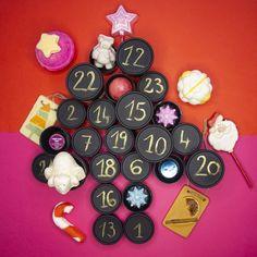 #DIY à la Lush. Zaubere aus deinen alten Black Pots deinen eigenen personalisierten Adventskalender. 🎁 Womit würdest du deinen füllen?  📸: @lushfrance Lush, Goodies, Xmas