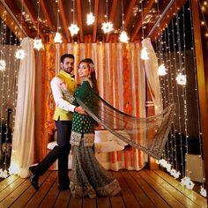 All you need are some fairy lights ! Outfit by @sabyasachiofficial | #indianmehendi #bridalmehendi #sharara #mehendidecor #indianbride #sabyasachi
