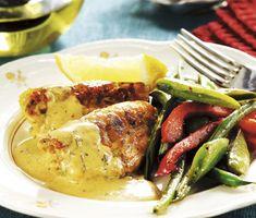Rosa laxbullar med krämig sås gjord på hummerfond och crème fraiche. Röda paprikor, haricots verts och skärbönor frästa i smör är mycket gott till fisken.