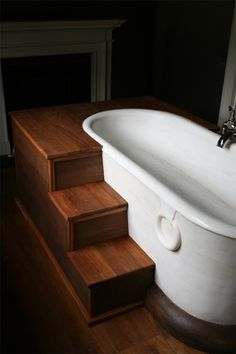 Wooden steps leading into the tub. Dream Bathrooms, Beautiful Bathrooms, Modern Bathroom, White Bathrooms, Luxury Bathrooms, Master Bathrooms, Minimalist Bathroom, Design Bathroom, Bath Steps