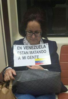 Va solita por calles de Madrid con su cartel. Yo la vi en el metro. Gracias Susana por tan valiente protesta