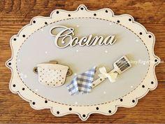 Placa para puerta de cocina con texto de madera y fondo gris (20 cm. ancho). Tiene forma ovalada, está pintada a mano y el texto está cortado con láser.