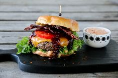 BURGER MED BACON OG CHILIMAJONES Salmon Burgers, Bacon, Cheddar, Hamburger, Grilling, Bbq, Recipies, Ethnic Recipes, Food