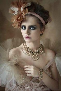Look anni 20 moderno - La fascia con applicazione e abito stile anni 20