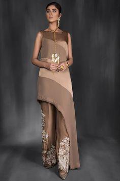 Pakistani Designer Saira Shakira Dresses Kuala Lumpur, Malaysia Online in 2020 Pakistani Formal Dresses, Pakistani Fashion Casual, Pakistani Dress Design, Pakistani Outfits, Indian Dresses, Indian Fashion, Stylish Dress Designs, Designs For Dresses, Stylish Dresses