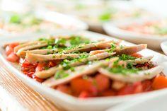 Pimientos frescos asados, ventreska de bonito confitada en aceite de ajo y perejil
