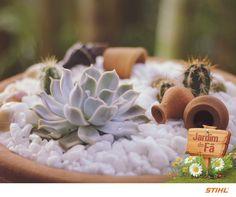Para ter um minijardim bonito, você precisa soltar a criatividade como fez a Rafisa de Oliveira. O vaso dela é composto por uma combinação de suculentas e cactos, pedriscos e minivasinhos.