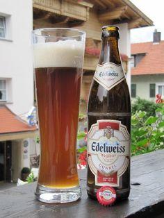 Cerveja Edelweiss Weissbier Dunkel, estilo German Dunkelweizen, produzida por Hofbräu Kaltenhausen, Áustria. 5.3% ABV de álcool.