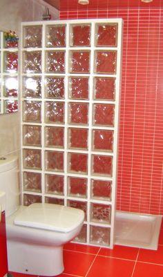 Ba o reformado en parets del valles con combinaci n de blanco y rojo pared de paves y detalle - Decoracion con paves ...