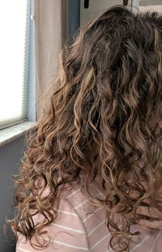 Learn about the curly girl method to help you get healthier, more defined waves and curls and check out my curly hair routine for fine wavy hair. Thin Curly Hair, Curly Hair Tips, Curly Hair Styles, Curly Wavy Hair, Girls With Curly Hair, Curly 3a, 3b Hair, Hair Updo, Short Hair