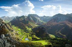 OTOÑO EN SOMIEDO, Asturias.  Vistas otoñales del precioso valle glaciar que va desde el pueblo valle de lago a el lago del valle (izquierda), y del hayedo de la enramada, la zona de la braña de Sousas y de Fuexo (derecha).  * Foto: Pablo López.