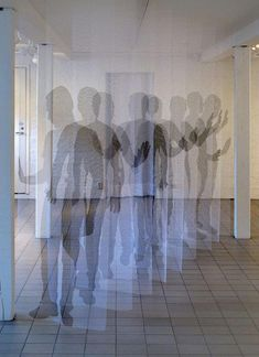 Deja vu, por Pia Mannikko playing with layers and transparancies. Printed panels on mesh/net/tulle see through fabric.
