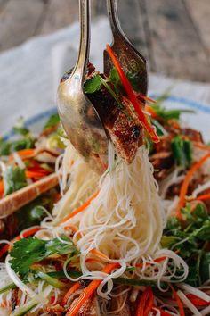 Vietnamese Noodle Salad with Grilled Pork Chops Vietnamese Noodle Salad with Seared Pork Chops - The Woks of Life Pork Rib Recipes, Asian Recipes, Healthy Recipes, Ethnic Recipes, Ramen Recipes, Noodle Recipes, Meat Recipes, Vietnamese Noodle Salad, Vietnamese Cuisine