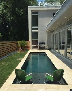 If you're stuck with a small backyard, and you've always wanted a nice swimming pool, we've got just the solution for you! These swimming pool design ideas for small yards have proven that you don't need a large backyard to build a pool, check them out. Small Inground Pool, Small Backyard Pools, Diy Pool, Backyard Patio Designs, Swimming Pools Backyard, Large Backyard, Swimming Pool Designs, Swimming Pool Accessories, Lap Pools
