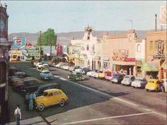 La Ave. Revolucion en los años 50's. Se alcanza a observar el legendario Bol Corona.