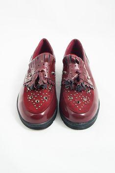 ¡La moda en tus pies! Blouchers en negro y granate de charol con tachuelas. ¡Let's Rock!