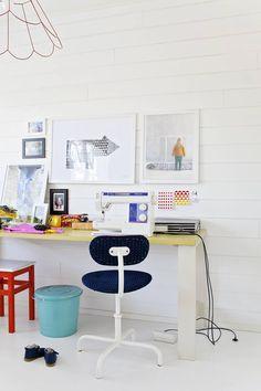 Makuuhuoneen toisella seinällä on Rillan ompelupaikka. Itse päällystetty tuoli on kirppislöytö. Seinällä on kokoelma valokuvausta opiskelleen Rillan omia valokuvia ja julisteita.