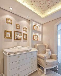 Muitos detalhes envolvem o planejamento do novo quarto do bebê. Um dos principais é a iluminação, que nem sempre recebe a devida atenção na decoração. Além de ajudar os pais na rotina de cuidados com o bebê, proporcionando conforto nas noites em claro e na amamentação, ela também faz diferença na estética do ambiente. Na matéria de hoje vamos conhecer um pouco mais dos diferentes tipos de iluminação no quarto do bebê e nos inspirar com ambientes com projetos luminotécnicos diferenciados.