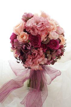 ふわりと広がるサーモンピンクのドレスのブーケ、本日、ペニンシュラ東京様へ。サーモンピンクからレンガのような色、少し濃いめのピンク、華やかに。では今日もお疲...