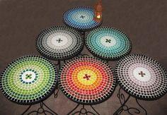 juego de mesa de hierro forjado con venecitas-banquitos Mosaic Designs, Mosaic Patterns, Mosaic Art, Mosaic Tiles, Mosaic Furniture, Mosaic Stepping Stones, Mosaic Projects, Hobbies And Crafts, Stained Glass