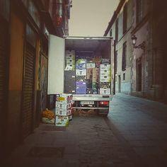 Carga y descarga (de buena mañana) #buenosdias #condeduquegente #condeduque #amanece by cafelapalmaclub