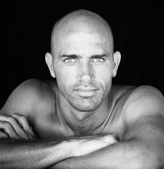 The best surfer ever Been in The all earth Kelly Slater Surfer, Pro Surfers, Bald Man, Self Portrait Photography, True Detective, Perfect Man, Surfing, Black And White, Celebrities