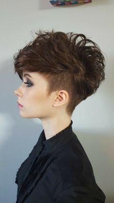 The Geode hair coloring is beautiful hair trends. There are so many hair trends and the hair color ideas. Short Curly Haircuts, Blonde Haircuts, Curly Hair Cuts, Short Hairstyles For Women, Short Hair Cuts, Curly Hair Styles, Pixie Cuts, Curly Short, 4b Hair