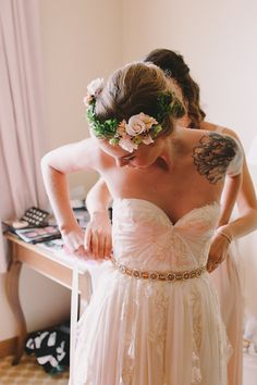 sleeveless lace wedding dress sweetheart  | 13 Rad Ideas For A Tattoo-Inspired Wedding