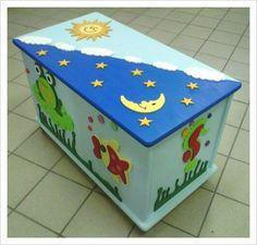 Baule Marino. Baule in legno dipinto e decorato a mano. Può essere utilizzato come porta giocattoli, riviste, libri, zainetti, scarpe, accessori per il bebè e molto altro. Misura 45cm di altezza, 73 cm di larghezza e 39 cm di profondità.