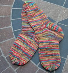Simple Toddler Socks Top down, sock yarn, toddler to child Knitted Socks Free Pattern, Crochet Socks, Mittens Pattern, Knitting Patterns, Knitting Tutorials, Crochet Granny, Knitting Ideas, Scarf Patterns, Knitted Slippers