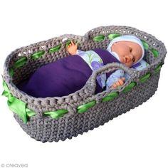 Tuto Zpagetti: Making a bassinet Newborn Crochet, Crochet Baby, Knit Crochet, Crochet Doll Clothes, Crochet Dolls, Crochet Basket Pattern, Baby Baskets, Bitty Baby, Doll Furniture