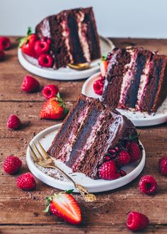 This chocolate raspberry cake is a delicious vegan chocolate cake with chocolate Mousse and homemade raspberry jam. In this recipe I show you how to use a cake-layer test Easy Vanilla Cake Recipe, Chocolate Cake Recipe Easy, Homemade Chocolate, Vegan Chocolate, Chocolate Recipes, Cake Chocolate, Homemade Raspberry Jam, Chocolate Raspberry Cake, Strawberry Cakes