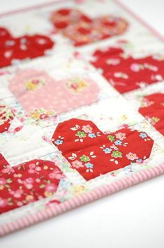 18 quilt and sewing projects with hearts for Valentine's Day. Free tutorials for quilts, blocks, stitchery, patterns and heart motifs. Heart Quilt Pattern, Mini Quilt Patterns, Heart Patterns, Sewing Patterns, Small Quilts, Mini Quilts, Baby Quilts, Heart Quilts, Scrappy Quilts