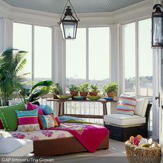 Besonders in der kalten Winterzeit wirkt ein Mix aus Farben aufmunternd. Gute Laune fördern bunte Dekokissen, die Dir dabei helfen, Dich vom grauen Wetter abzulenken. - mehr auf www.roomido.com