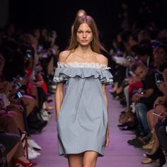 Ruffled off the shoulder dress Fashion Week, Love Fashion, Runway Fashion, Fashion Show, Fashion Outfits, Fashion Trends, Vestidos Teen, Casual Dresses, Short Dresses