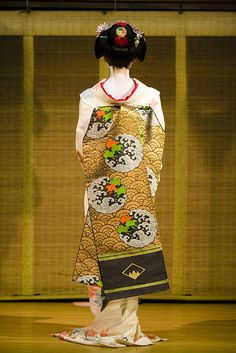 Kyoodori, Maiko Tanewaka suppl.2  She is showing her kimono to audience.